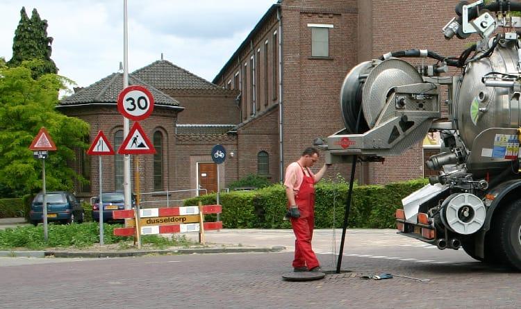 Machine de nettoyage d'égouts commandée à distance